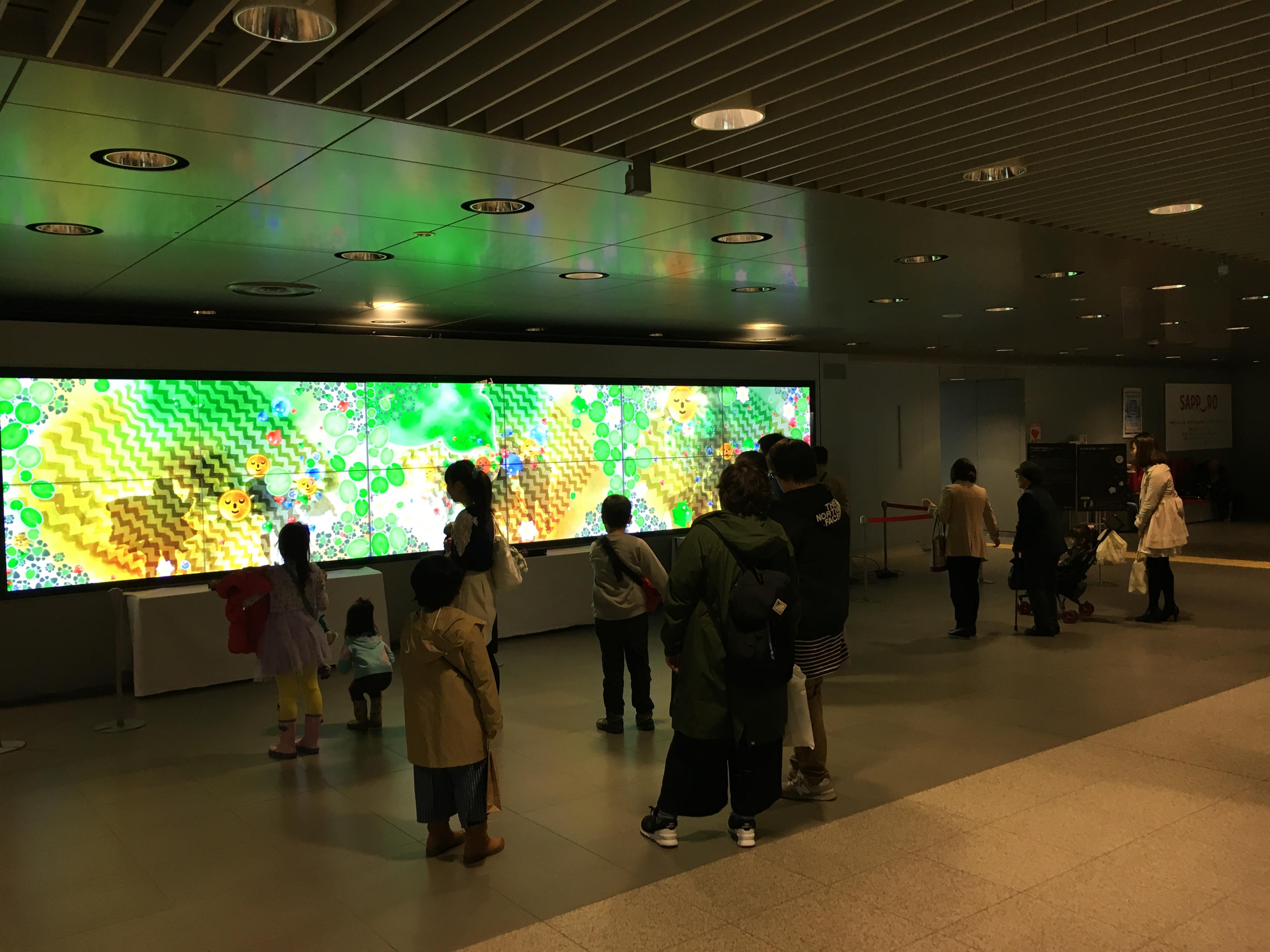 札幌駅前のビジネス展示会場には、ファミリーや若者も足をとめた