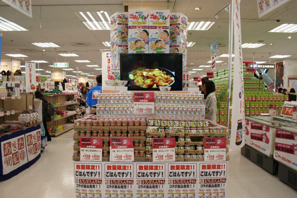 ▲春日部に工場がある桃屋は、しんちゃんをパッケージにのせた特別商品を卸した